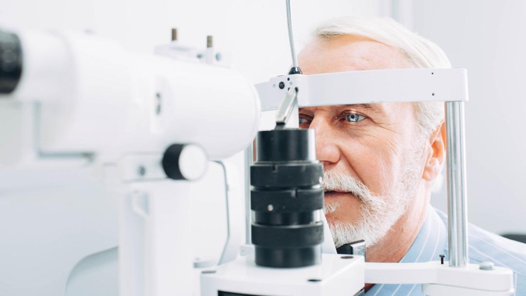 Ein Senior bei einer augenärztlichen Untersuchung