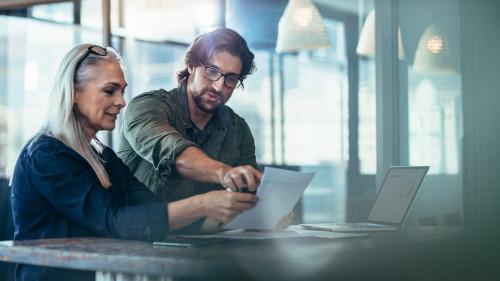 Ein Mann und eine Frau arbeiten konzentriert