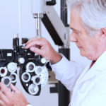 Diagnose AMD - Ein Arzt stellt den Phoropter ein