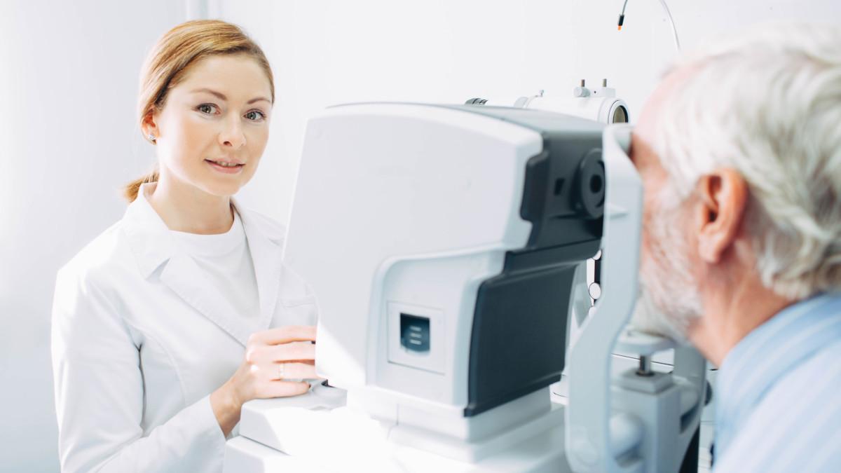Diagnose AMD - Eine Augenärztin untersucht einen Patienten