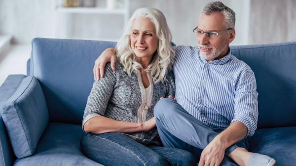 Zwei Senioren sitzen auf der Couch