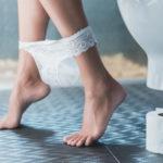 Blasenentzündungen sind unangenehm - Eine Frau sitzt auf der Toilette