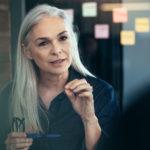Eine Frau arbeitet konzentriert im Büro