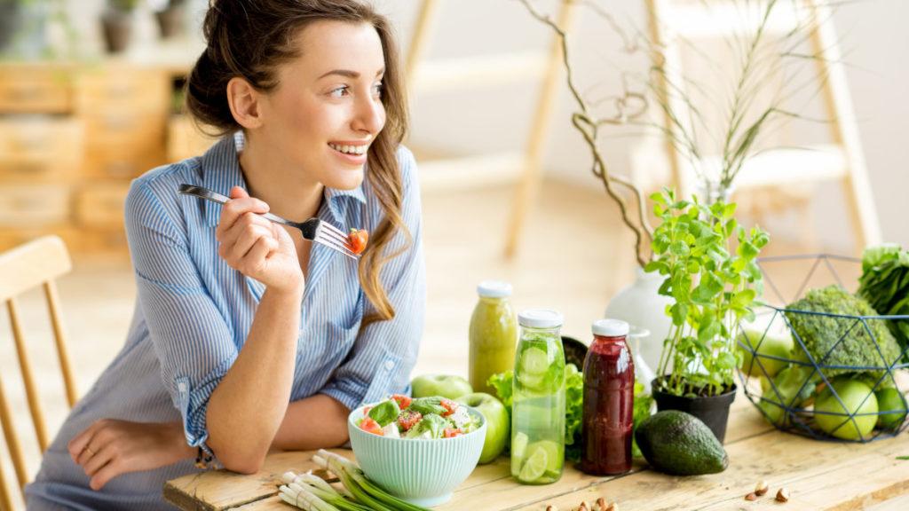 Eine Frau ist einen gesunden Salat - gut fürs Gehirn