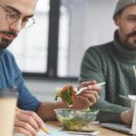 Auch bei der Arbeit im Büro sollte man sich gesund ernähren