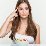 Eine Frau vor einer Schüssel Obst: Kann man sich schlau essen?