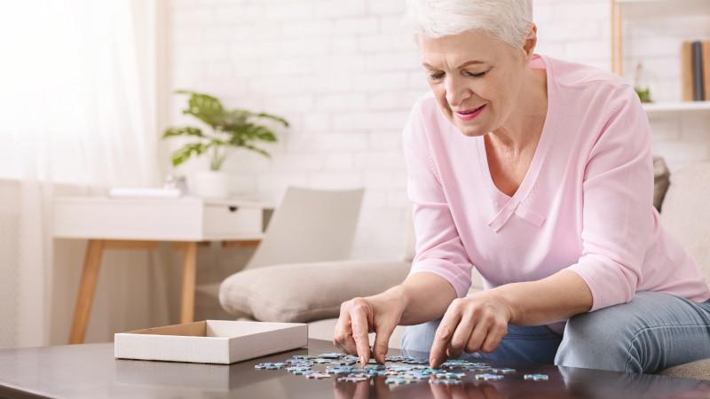 Eine Frau setzt ein Puzzle zusammen