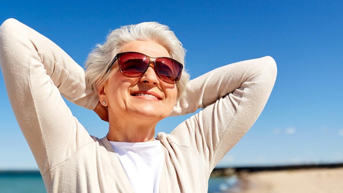 Eine Frau mit Sonnenbrille genießt die Sonne