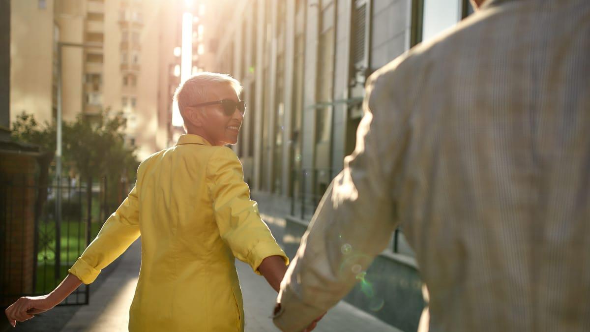 Ein Paar geht durch eine sonnige Gasse