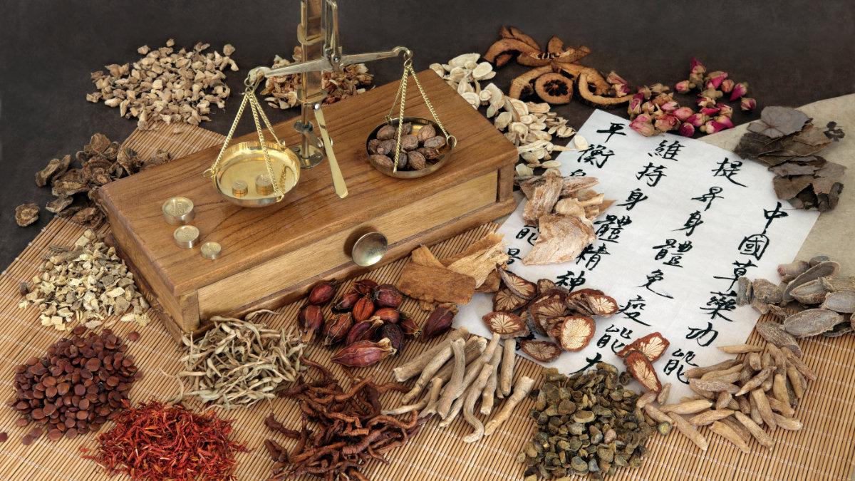 Ein Tisch voller Kräuter aus der Traditionellen Chinesischen Medizin