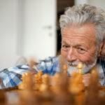 Beim Schach zählt auch die Erfahrung dieses Senioren vor den Spielfiguren