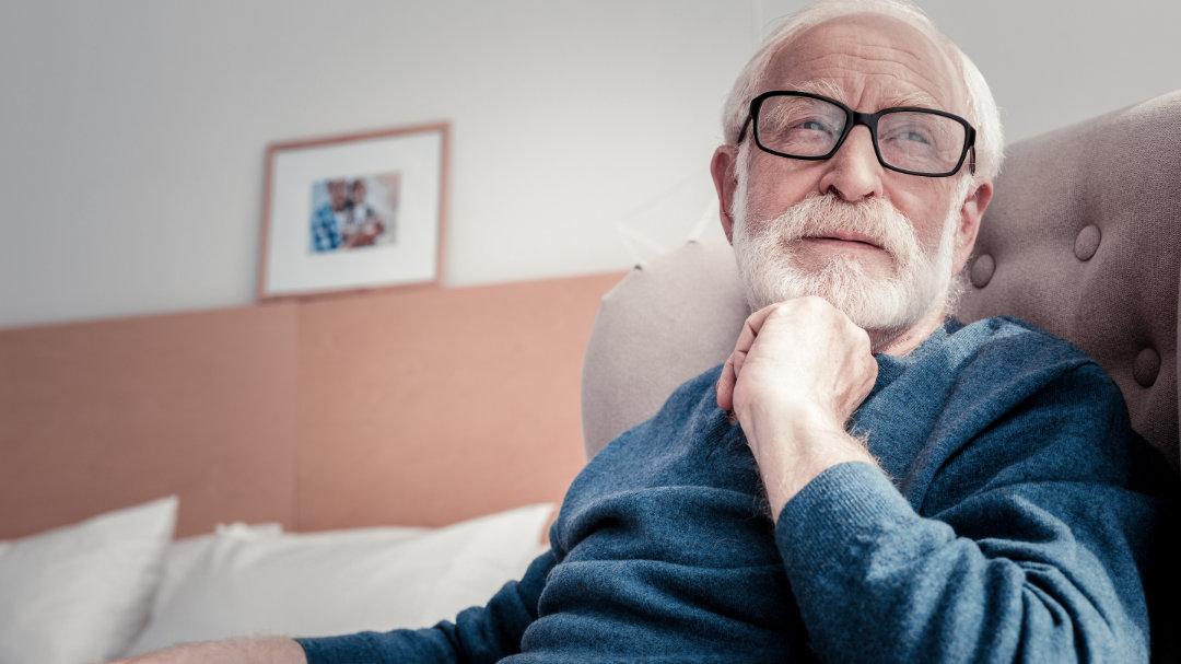 Ein Senior denkt angestrengt nach - im Alter lässt die Gehirnleistung nach