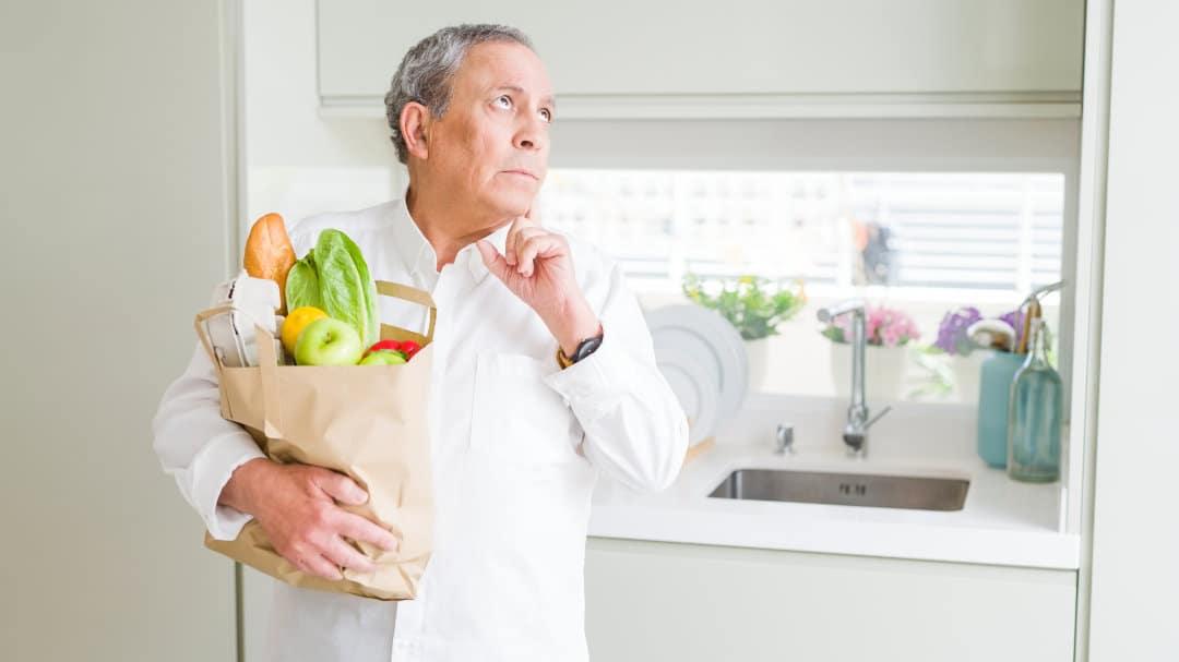 Ein Senior stellt nach dem Einkauf fest dass er etwas vergessen hat