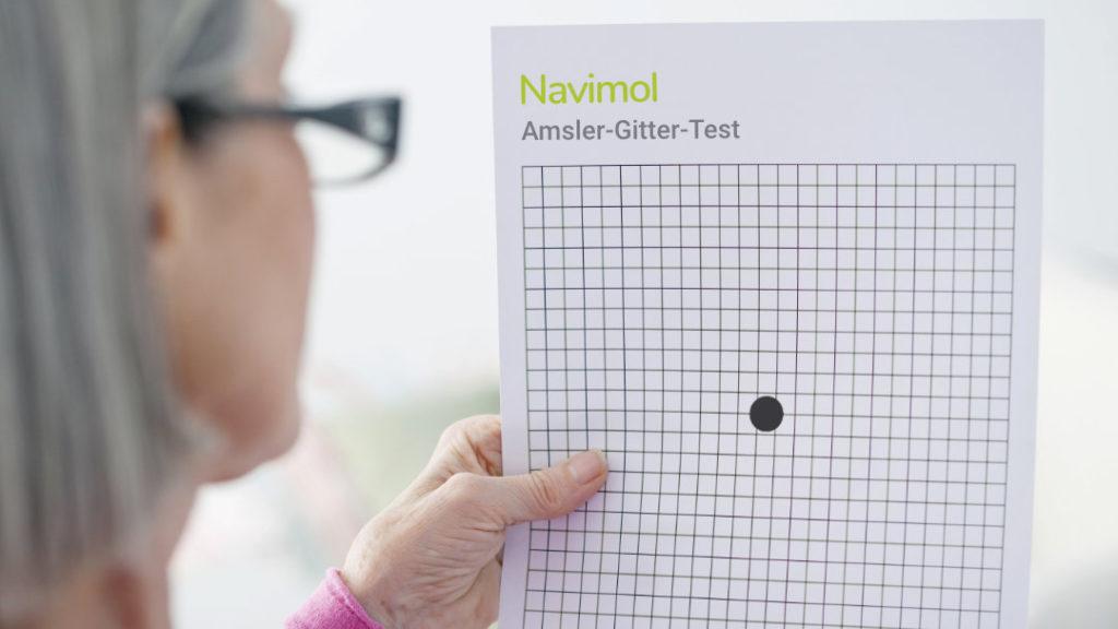 Eine Frau führt den Amsler-Gitter-Test durch