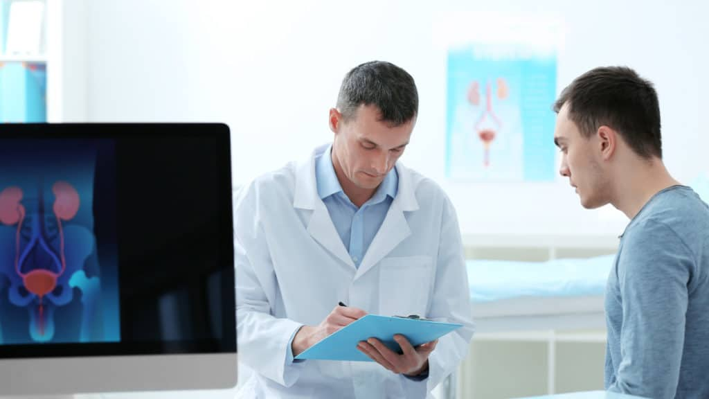 Ein Mann bei der urologischen Untersuchung