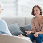Eine Frau unterhält sich mit ihrer Therapeutin
