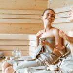 Ein Saunabesuch mit Freunden hebt die Stimmung - gerade in den kalten Monaten