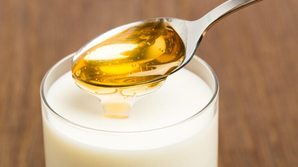 Eine heiße Milch mit Honig wirkt manchmal Wunder - schon auftrund der Erinnerungen an die Kindheit