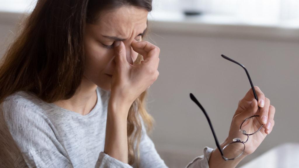 Augebewegungsschmerzen können ein Indikator für eine Sehnerventzündung sein